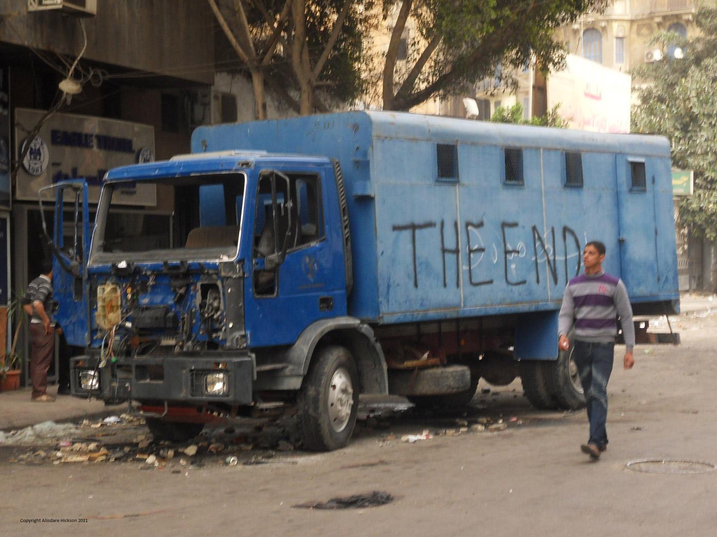 Тюремный фургон горящий во время беспорядков «Злой пятницы» 28 января 2011 во время египетской революции.